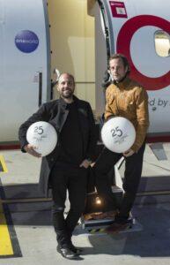 Christopher (links) und Marc Bauder, die Erfinder der 15km langen Lichtinstallation zwischen Bornholmer Straße und Oberbaumbrücke. Foto:  Jens Oellermann / airberlin