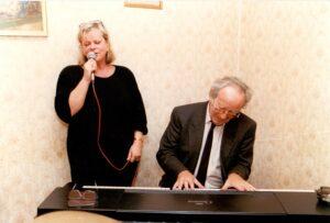 """ildtext: Gerhard Bronner mit Marianne Mendt, der Interpretin seines Austropop-Klassikers von 1970 """"Wie a Glock'n"""". Foto: Österreichische Nationalbibliothek"""