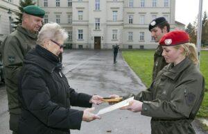 Zugsführer Saskia Biel (links) überreicht das Abzeichen an die Enkelin des Namensgebers, Gertrud Magerl. Foto: Bundesheer / Simader