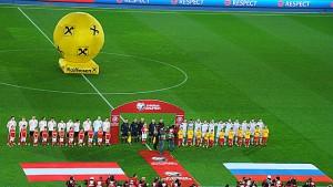 Beide Teams, Russland rechts, beim Abspielen der Hymnen. Foto: oepb