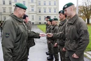 Brigadier Nikolaus Egger (rechts) verleiht das Lehrgangsabzeichen an die Klassenvertreter. Foto: Bundesheer / Simader