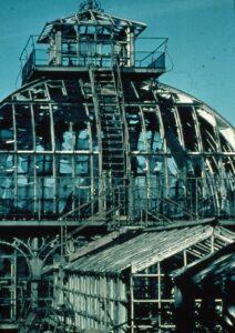 Kein schöner Anblick, aber glücklicherweise vorbei. Ein zerstörtes Palmenhaus nach 1945. Foto: SKB