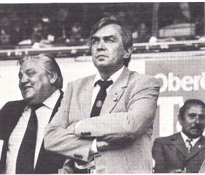 Ernst Happel (Bildmitte, hier noch im Dienstanzug Dienstanzug von Standard Lüttich) auf der Ehrentribüne des Linzer Stadions am 17. Juni 1981 anlässlich des WM-Qualifikationsspiels Österreich - Finnland (5:1). Foto: oepb