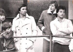 Thomas Parits (ganz links) im Herbst 1979 beim SK VÖEST Linz unter Vertrag. Rechts von ihm seine Mitspieler Karl Hodits und er Ex-Austrianer Alberto Martinez. Foto: Erwin H. Aglas/oepb