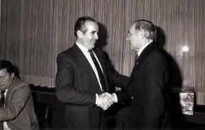 Der geschäftsführende Präsident des SK VÖEST, ZBRO Franz Ruhaltinger (links) würdigt und dankt dem scheidenden Obmann Johann Rinner und wünscht diesem für den wohlverdienten Ruhestand alles Gute. So geschehen im Jänner 1981. Foto: privat