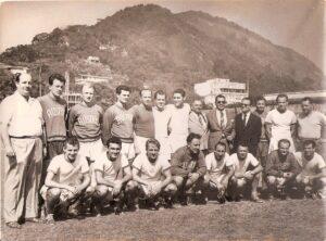 Ende Juni 1951 reiste die Austria nach Brasilien, um u.a. gegen Vasco da Gama vor 100.000 Zuschauern im Maracana Stadion von Rio de Janeiro zu spielen. Ernst Ocwirk, stehend siebenter von links, mit sichtlicher Vorfreude auf diese Aufgabe. Foto: Sammlung oepb.at