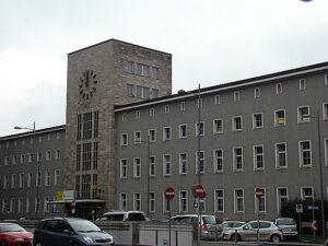 Dereinst der höchste Turm am Bahnhofsplatz, heute ein stummer Block aus Stein. Der Postturm hält jedoch seit Jahrzehnten allen Stürmen stand und auch seine Uhr versieht nach wie vor treu Dienst. Foto: oepb