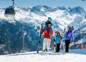 Skifahren im Salzkammergut - ein perfektes Familienvergnügen in malerischer Umgebung. Foto: OÖ Tourismus/Erber
