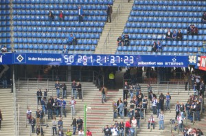 Eine Stadionuhr als Zeuge der Geschichte. Der Hamburger SV gehört als einzig verbliebender Verein seit 1963 ununterbrochen der 1. Bundesliga an. Die Aufnahme stammt vom Mai 2014.  Foto: oepb.at