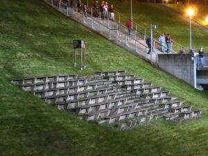 Ein verbliebener Bankerl-Rest des Leipziger Zentralstadions dient als stummer Zeuge dem einstigen Stadion der 100.000. Foto: oepb.at