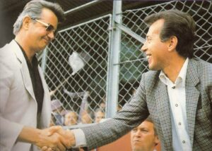 Josef Walter (links) gratuliert Erich Hof zur gewonnenen Meisterschaft 1980/81. Foto: Sammlung oepb.at