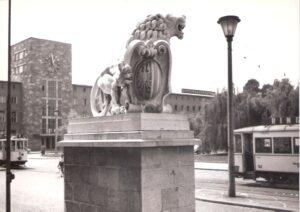 Direkt von den Zügen kommend an den beiden Löwen vorbei gelangte man zum Bahnhofspostamt (links im Bild mir Uhr). Foto: oepb, 1960er Jahre