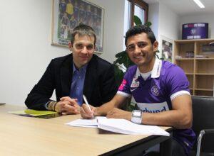 Ronivaldo (rechts) anhand der Vertrags-Unterzeichnung bei FAK-Vorstand Markus Kraetschmer. Foto: FK Austria Wien