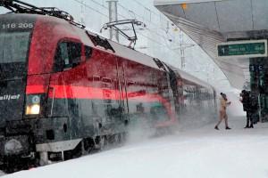 railjet Richtung Zürich Hauptbahnhof fährt ab. Bitte einsteigen, Türen schließen automatisch. Foto: ÖBB/Zumtobel