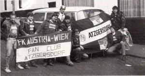 Wudle (Vierter von rechts) und die Seinen mit dem Bus am Weg nach Liverpool. So passiert im März 1985. Foto: privat