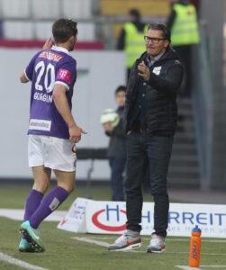Doppel-Torschütze Alexander Gorgon (links) in trauter Eintracht mit FAK-Trainer Gerald Baumgartner. Foto: GEPA