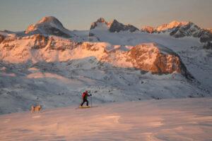 Traumhafte Vergnügen sind Skitouren im Salzkammergut, wie hier vor der Kulisse des Dachsteins. Foto: Christian Parzer/STMG