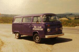 Stets ein treuer Begleiter von Wudle und seinen Mannen war der violett gefärbte VW-Bus. Hier eine Aufnahme aus dem Jahre 1987. Foto: privat