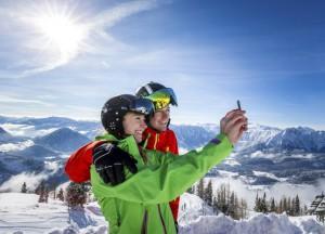 Mit dem Handy können im Skigebiet Loser Altaussee Geschwindigkeit, Höhenmeter, sowie Pisten- und Liftkilometer abgerufen werden. Foto: Tourismusverband Ausseerland-Salzkammergut/Tom Lamm