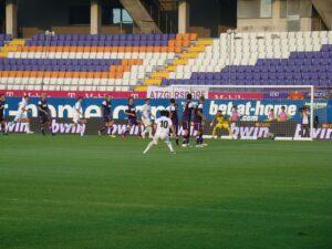 Leere Ränge im Franz Horr-Stadion am 15. Juli 2010. Die UEFA sperrte gegen NK Siroki Brijeg die Zuschauer aus. Nicht so den Wudle und seine Flagge, der sich ins Stadion schmuggelte. Foto: oepb.at