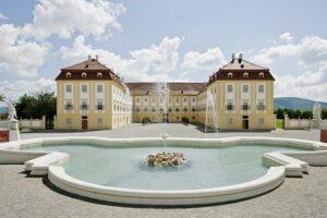 Blick auf Schloss Hof samt Neptunbrunnen. Foto: Hertha Hurnaus