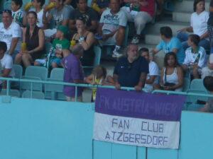 Der FAK demoliert im August 2011 den SCR mit 3 : 0 im Stadion. Wudle (Bildmitte) umringt von zahlreichen Grünen. Foto: oepb.at