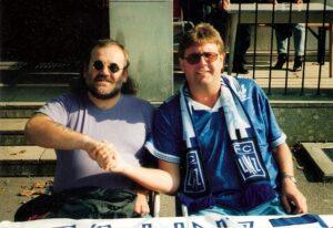 Auch wenn sich VÖEST´ler und Austrianer nie nahe standen, diese beiden waren Kumpels. Wudle (links) und VÖEST-Reisi im Oktober 1996. Foto: oepb.at