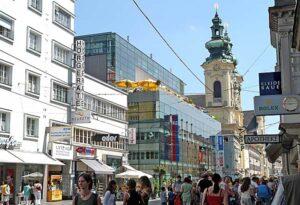 Die Landstraße führt vom Hauptplatz aus nach Süden und bietet eine Vielfalt an Geschäften. Die Fußgängerzone mit ihren malerischen Seitengasserln ist der ideale Ausgangspunkt für ausgedehnte Shopping-Touren. Foto: Stadt Linz