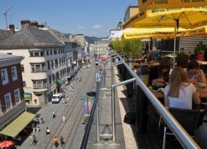Für einen gemütlichen Plausch hoch oben über den Dächern der Landstraße sollte stets ein bisserl Zeit vorhanden sein. Foto: Stadt Linz