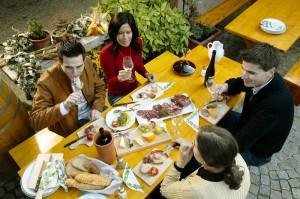 Ein Stück österreichische Tradition: Heurigen-Besuch mit lukullischem Genuss in Form von Speis und Trank. Foto: ÖWM