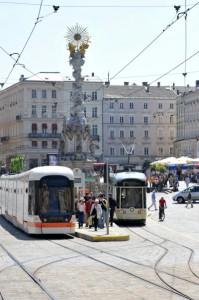 Heraus aus der Pöstlingbergbahn (rechts) und hinein in die Tramway der LINZ AG am Hauptplatz. Von hier aus beginnt die Linzer Landstraße ihren Lauf. Foto: Stadt Linz