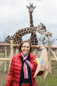Die Tiergartendirektorin Dagmar Schratter mit großen und kleinen Giraffen. Foto: Daniel Zupanc