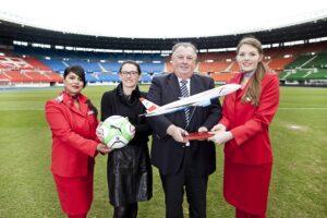 AUA Marketing Director Isabella Reichl mit ÖFB-Generaldirektor Alfred Ludwig und AUA-Flugbegleiterinnen. Foto: Austrian Airlines / Pauty