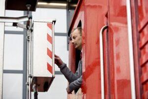 ÖBB-Lokführer Hannes Schiffner bei der Eingabe des Waschprogramms am Terminal. Alle Fotos: ÖBB/ Marek Knopp