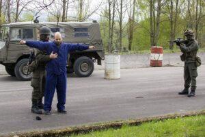 Personenkontrolle bei einem temporären Checkpoint. Foto: BMLVS/Gerhard SIMADER