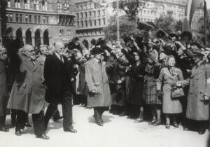 Wien, 29. April 1945. Karl Renner (links) und Theodor Körner auf dem Weg zur Übergabe des Parlaments an die provisorische Regierung. Foto: Franz Blaha
