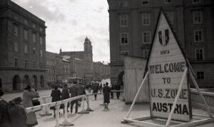 Nibelungenbrücken-Blick zum Hauptplatz im Juli 1946. Foto: NORDICO