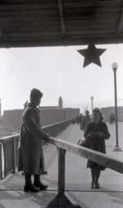 Und so sah es auf der anderen Seite des Donaustromes aus: Kontrolle durch russische Besatzungsmächte auf der Nibelungenbrücke um 1950. Foto: NORDICO