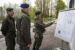 v.l.: Brigadier Hameseder und Generalleutnant Bair werden von Oberstleutnant Helmhart eingewiesen. Foto: BMLVS/Gerhard SIMADER