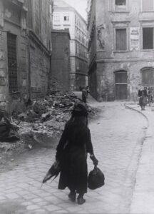Wien, 1945. Abfallsammelnde Witwe in Wien. Foto: Otto R. Croy