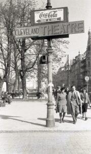 Die Landstraße mit Hinweisschild auf das Cleveland Theatre (späteres Kolosseum-Kino) am Schillerpark mit Blickrichtung stadteinwärts im April 1947. Foto: NORDICO