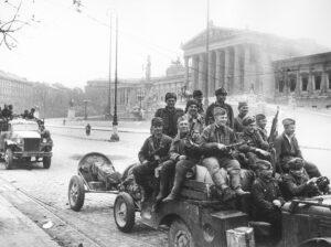 Wien, April 1945. Sowjetische Soldaten vor dem Parlament. Foto: Jewgeni Ananjewitsch Chaldej