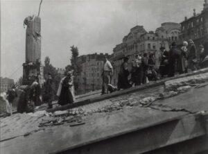 Wien 1945. Passanten gehen über die im Krieg schwer beschädigte Schwedenbrücke. Foto: Otto Croy