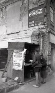 Was gibt es Neues in der Welt? Ein Zeitungsstand an der Linzer Landstraße des Jahres 1947. Foto: NORDICO