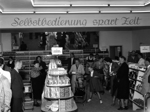 Von nun an geht´s bergauf! Blick in den ersten österreichischen Selbstbedienungsladen Konsum im COOP-Gebäude in der Wiener Straße am 30. Mai 1950. Foto: Archiv der Stadt Linz   Von nun an geht´s bergauf! Blick in den ersten österreichischen Selbstbedienungsladen Konsum im COOP-Gebäude in der Wiener Straße am 30. Mai 1950. Foto: Archiv der Stadt Linz