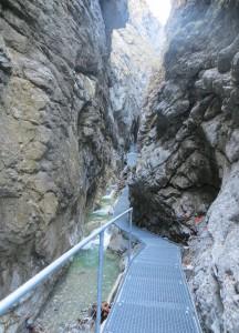 Der neue Weg durch die Burggrabenklamm am Attersee (auf dem Bild noch in Bau) wird am 15. Mai feierlich eröffnet. Foto: Tourismusverband Attersee-Salzkammergut/Schirlbauer