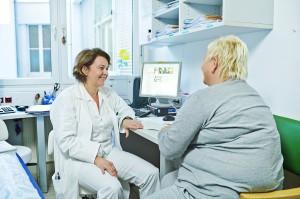 Oberärztin Dr. Brigitte Obermayer bei der Beratung in der Adipositas-Ambulanz. Foto: khgh