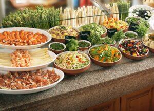 Mit über zwölf verschiedenen Salaten und zehn unterschiedlichen Antipasti-Spezialitäten sowie schmackhaften Essigen und Ölen begeistert Landzeit seine Gäste am Salat- und Delikatessenstand. Die Köstlichkeiten werden mit frisch gehackten Kräutern und gesunden Sprossen verfeinert. Foto: Landzeit