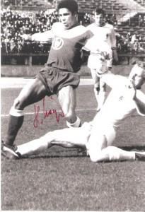Helmut Köglberger (links, Austria Wien) im Zweikampf gegen Berti Vogts im Spiel gegen VfL Borussia Mönchengladbach im April 1969. Foto: Sammlung oepb.at