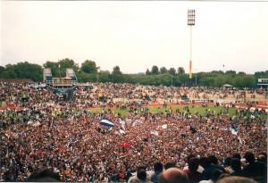 Das Wedaustadion platzte aus allen Nähten und der MSV kehrte nach 9jähriger Abwesenheit wieder ins Oberhaus zurück. Aus MSV Duisburg gg. Sp.Vg. Blau-Weiß 90 Berlin, 1 : 0, am 16. Juni 1991, vor 30.000 Besuchern. Goldtorschütze: Michael Tönnies. Foto: oepb.at
